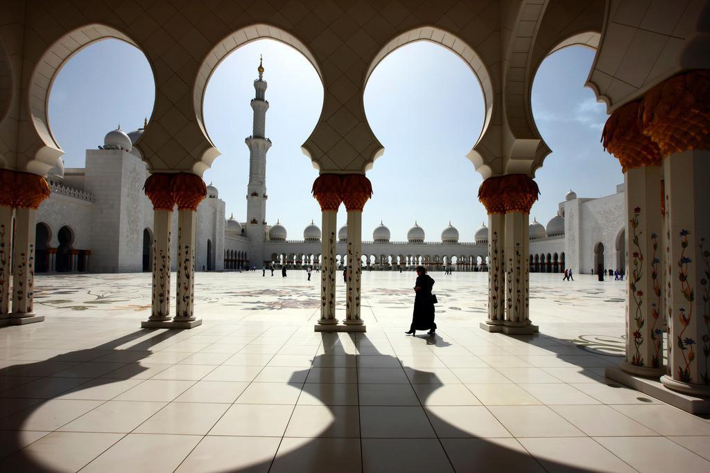 JT-110228-2521 | Sheikh Zyaed Moschee, drittgroesste Moschee der Welt, mit 80 Kuppeln und 4 Minaretten, bietet Platz fuer 10000 Glaeubige im Innenraum der Moschee und fuer 30000 Menschen im Innenhof. Abu Dhabi, Vereinigte Arabische Emirate.
