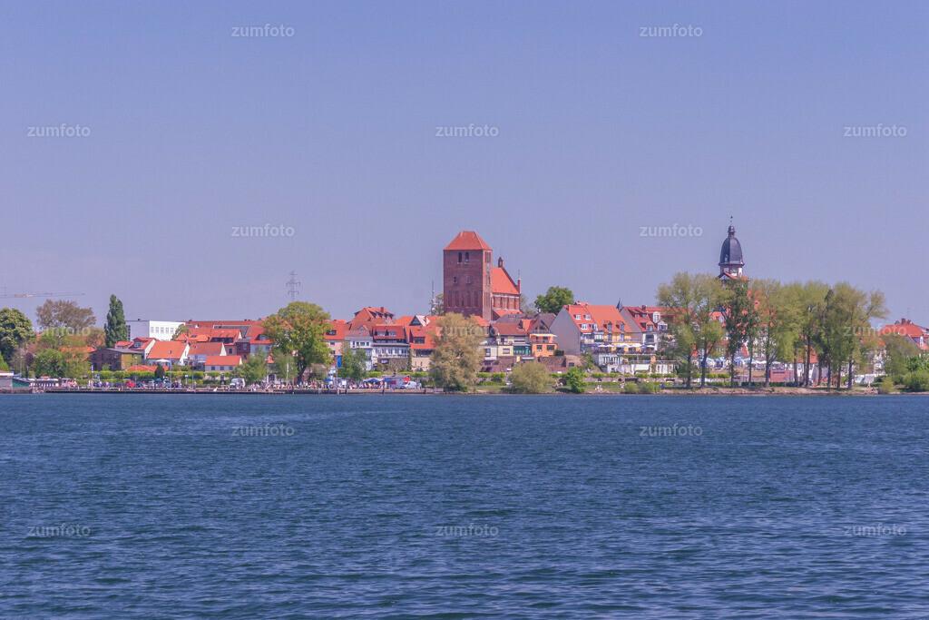 Blick über die Müritz vom Eldekanal aus in Richtung der Altstadt von Waren (Müritz)