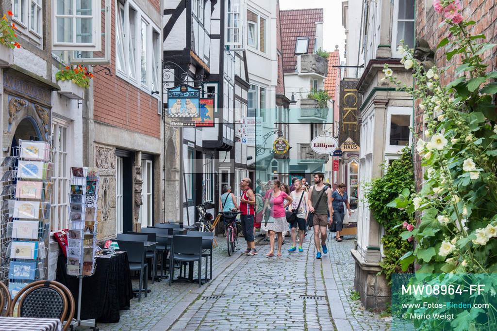 MW08964-FF | Deutschland | Niedersachsen | Bremen | Reportage: Reise entlang der Weser | Das Schnoor-Viertel mit den engen Gassen und kleinen Häusern ist bei Touristen sehr beliebt. Die alten Gebäude stammen aus dem 15. und 16. Jahrhundert und beherbergen kleine Geschäfte, Galerien, gemütliche Cafés und Restaurants.  ** Feindaten bitte anfragen bei Mario Weigt Photography, info@asia-stories.com **