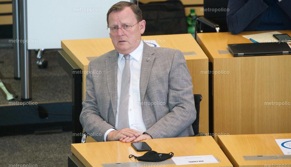 Bodo Ramelow blickt gequält im Landtag während er bei der Fraktion der Linken sitzt (6)