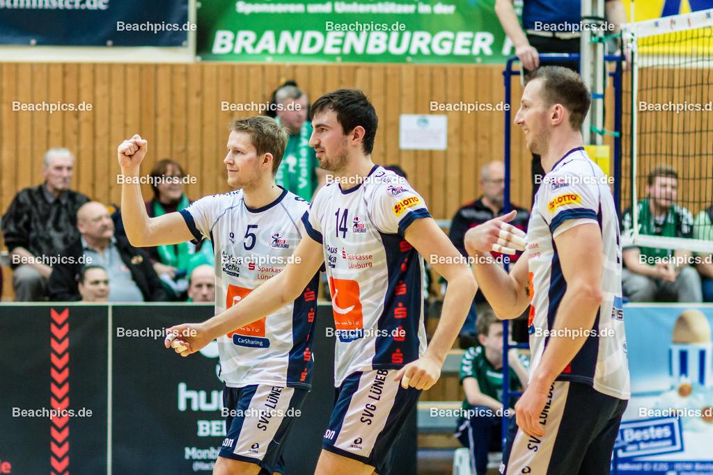 2016_109_BLM_Netzhoppers-Lüneburg | Jubel bei Lüneburg v.l.n.r.: René Bahlburg (SVG #5), Michel Schlien (SVG #14) und Falko Steinke (SVG #9)