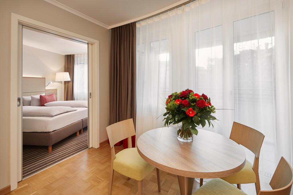 zimmer-plazasuite-02-hyperion-hotel-berlin