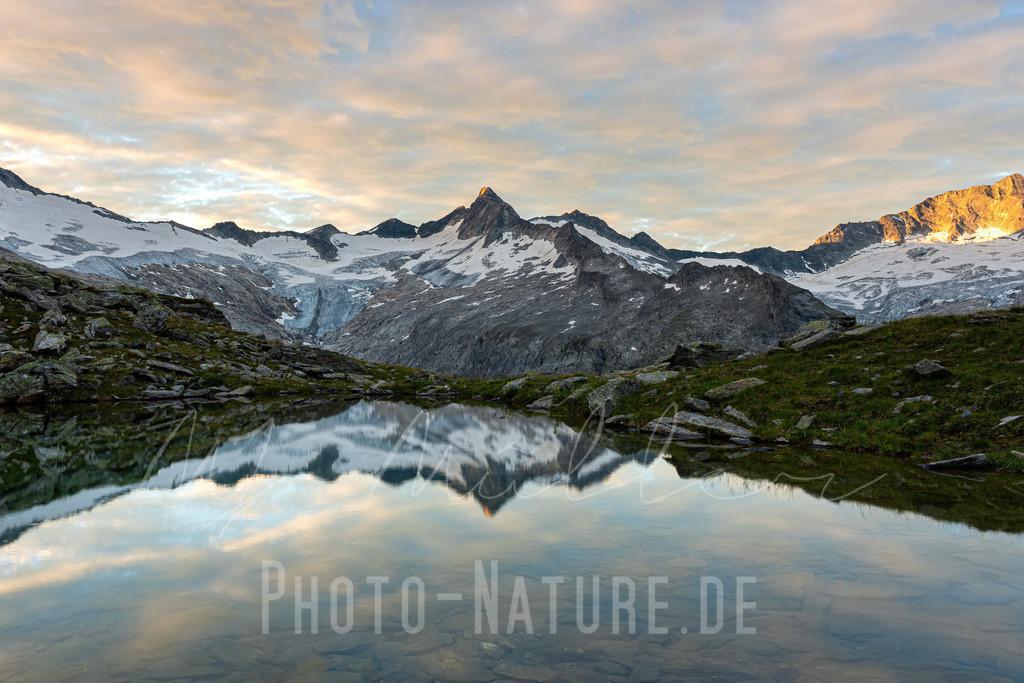 Spiegelung eines mächtigen Gletschers | Ein Zillertaler Gletscher spiegelt sich im Morgengrauen