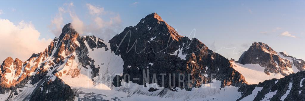 Drei Gipfel, ein Gletscher | Ein beeindruckendes Gletschermassiv zur blauen Stunde.