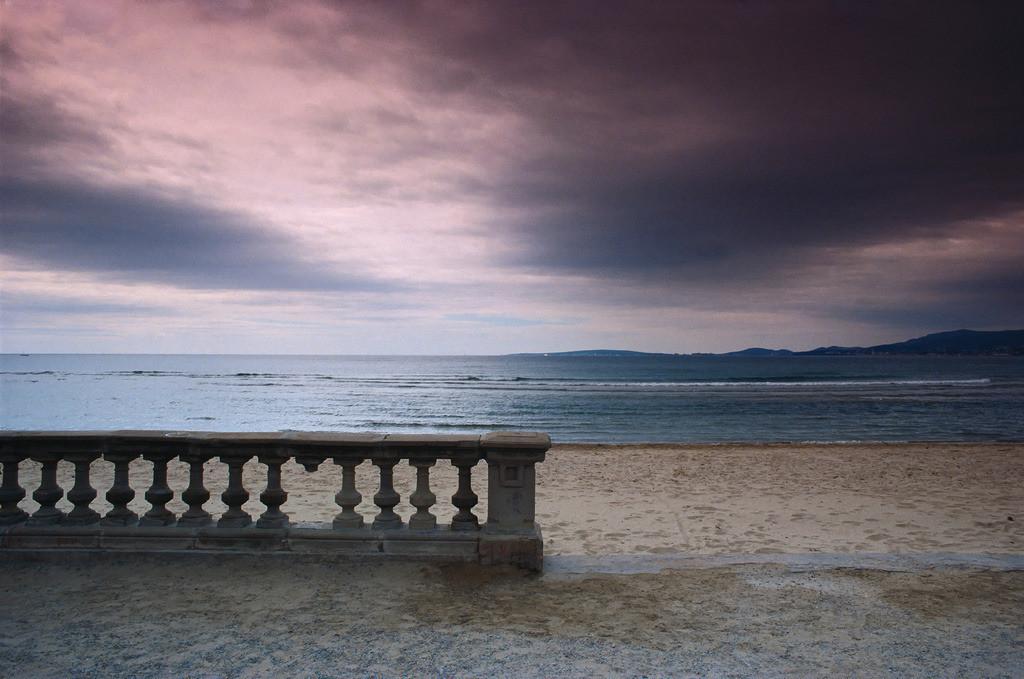 Coll d'en Rabassa | Teil einer Balustrade am Strand