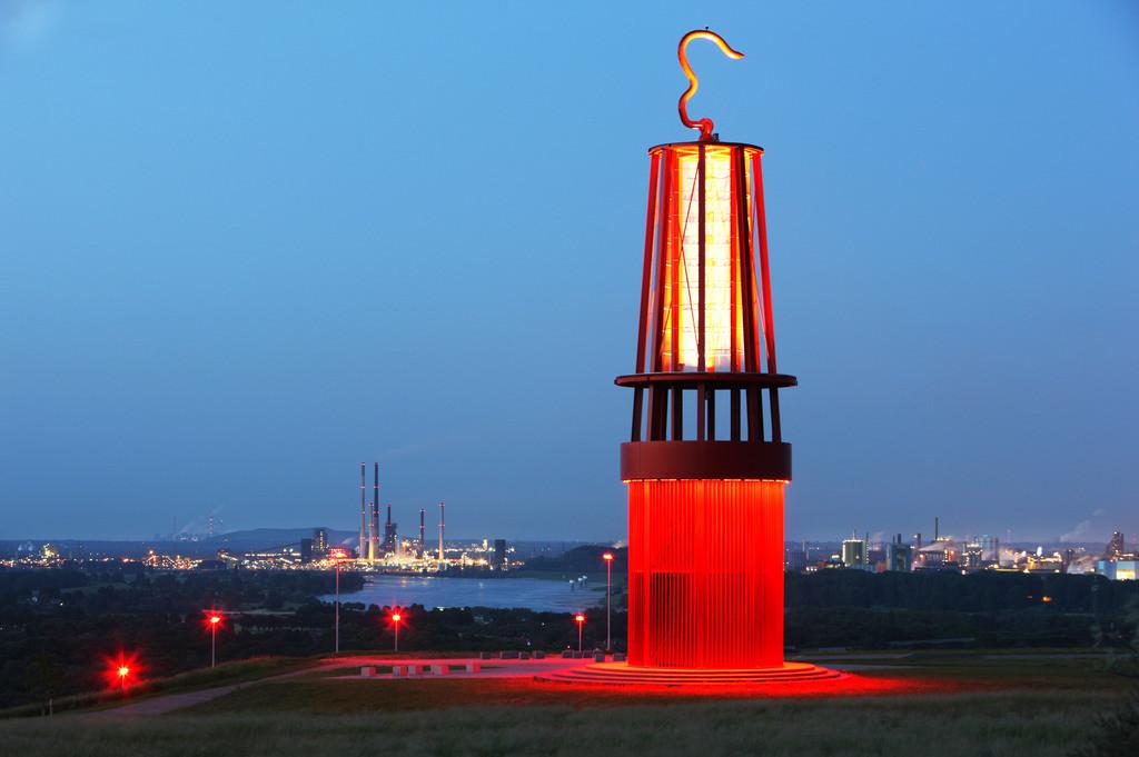 JT-080519-0010 | Blick von der Halde Rheinpreussen in Moers, Installation Das Geleucht von Otto Piene, 30 Meter hoher Nachbau einer Grubenlampe,