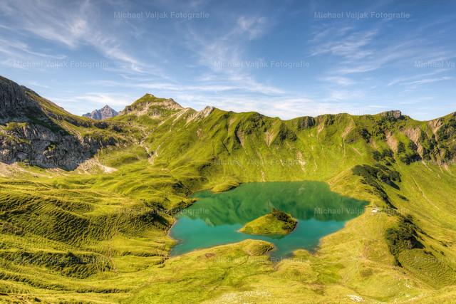 Sommer am Schrecksee in den Allgäuer Hochalpen | Der idyllische Bergsee liegt in den Allgäuer Hochalpen auf 1.813 m Höhe.