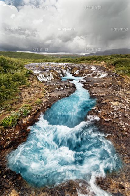 Wasserfall in Blautönen | Blick auf einen Wasserfall, das tosende Wasser erscheint in blauen Farbtönen - Location: Iceland, Golden circle