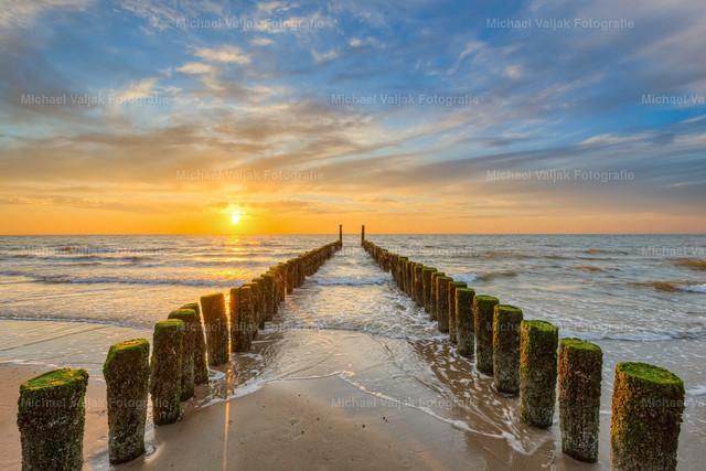 Sonnenuntergang am Strand von Domburg | Abendstimmung bei einer Buhne am Domburger Strand in Zeeland in den südwestlichen Niederlanden.