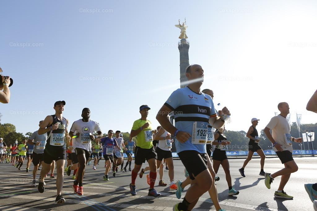 Deuschland: Berlin-Marathon 2021   26.09.2021, Berlin, Deutschland. Der Berlin-Marathon am 26. September 2021. Es ist die 47. Ausgabe des jährlichen Berlin-Marathons. Es ist der erste Berlin-Marathons nach Beginn der COVID-19-Pandemie.Das Bild zeigt Läufer an der Siegessäule ind Berlin-Tiergarten.