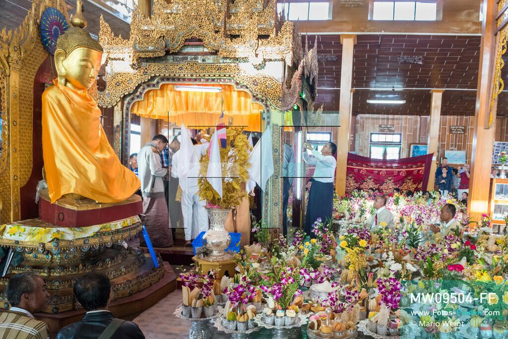 MW09504-FF | Myanmar | Nyaung Shwe | Reportage: Phaung Daw U Fest | Ein Dorfkloster während des Festivals auf dem Inle-See. Um den Altar häufen sich die Spendengaben. Nur die Männer dürfen Goldplättchen den vier Buddha-Statuen spenden.   ** Feindaten bitte anfragen bei Mario Weigt Photography, info@asia-stories.com **