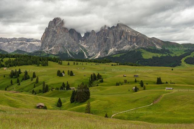 Dunkle Wolken auf der Seiser Alm | Dramatische Stimmung auf der Seiser Alm, dunkle Wolken umhüllen den Langkofel und Plattkofel, zwei der bekanntesten Berge in den Dolomiten.