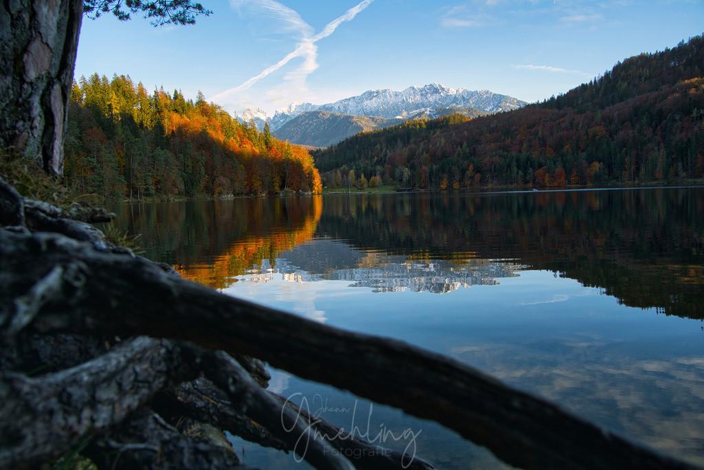 Herbst am See | Der zahme Kaiser im Winterkleid spiegelt sich im Hechtsee mit seinen bunt eingefärbten Bäumen am Wegesrand.