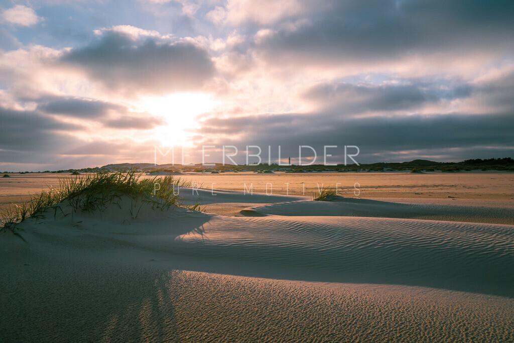 Meerbilder Nordsee Sundowner | Leichte Dünen: Nordsee Strandbild mit Sonnenuntergang als Wandbild auf Alu Dibond, Leinwand oder Acrylglas.