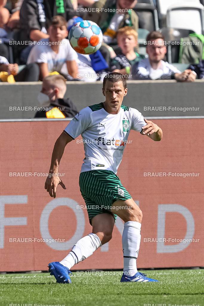 Borussia Moenchengladbach - FC Groningen    Moenchengladbach, Deutschland, 31.07.2021: Stefan Lainer (Borussia Moenchengladbach) in Aktion, am Ball, Einzelaktion,    beim Testspiel zwischen Borussia Moenchengladbach und FC Groningen im Borussia-Park am 31. Juli 2021 in Moenchengladbach.  (Foto: BRAUER-Fotoagentur)   DFB / DFL REGULATIONS PROHIBIT ANY USE OF PHOTOGRAPHS AS IMAGE SEQUENCES AND/OR QUASI-VIDEO.