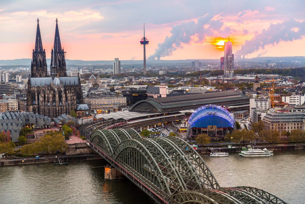 JT-160428-240   Kölner Dom, Innenstadt Köln, Hohenzollernbrücke, Eisenbahn und Fußgängerbrücke über den Rhein, hinten Kraftwerke im Rheinischen Braunkohle Gebiet,