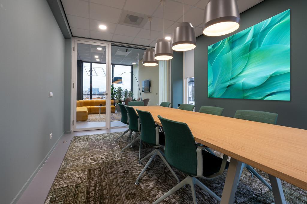 Chairs put next to a table in a room with a patterned carpet   Anwendungsbeispiel für eine Wandgestaltung in Ihrem Unternehmen. Sie finden das Motiv in der Galerie Farben und Formen - Farbstimmungen