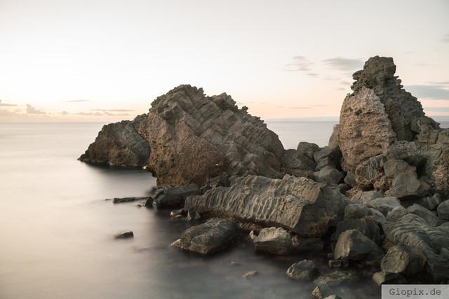 Der Rippenfels | Vulkangestein am Meer der sizilianischen Ostküste