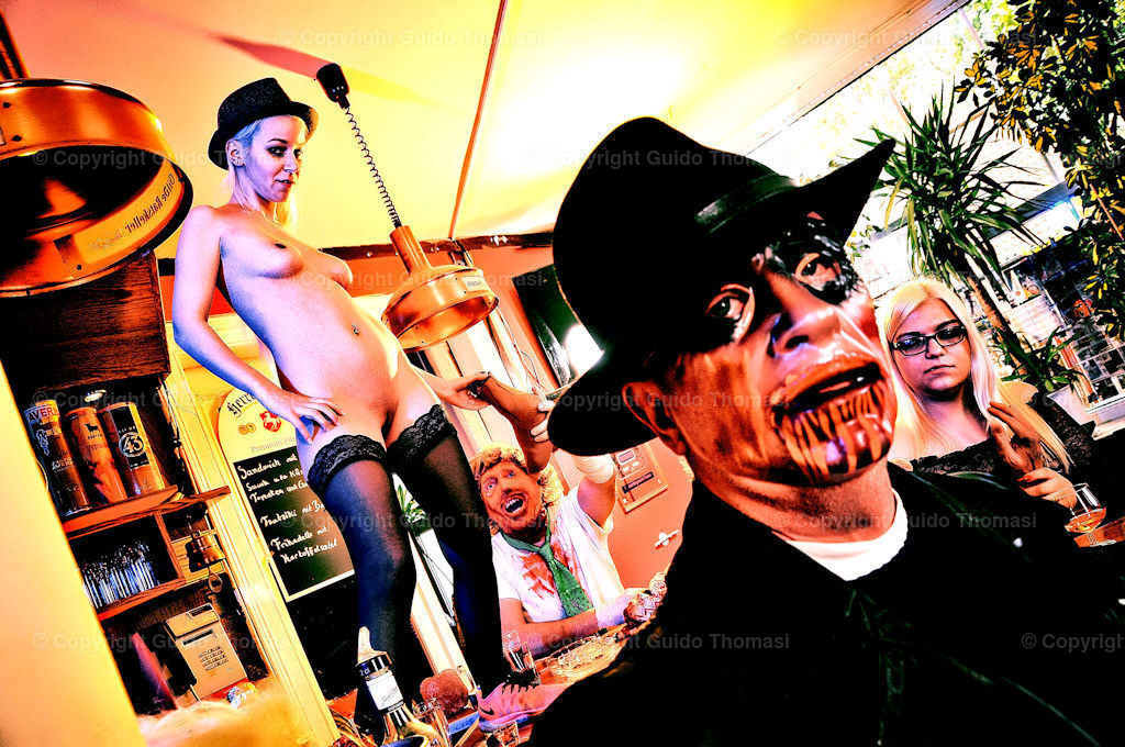 Kneipenshooting im Legende    Ein Bild aus meiner Serie Kneipenshooting. In der Kneipe Legende in Hannover. Unter anderen mit Sexy Jenjen. Die Kneipe Legende Exestiert leider nicht mehr.