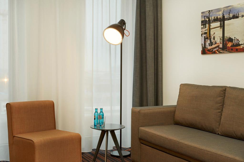 zimmer-juniorsuite-sofa-03-hyperion-hotel-hamburg