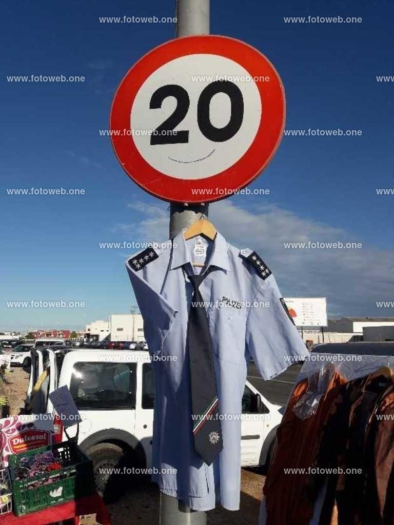 Polizei Diensthemd | Kann der hinweis auf Tempolimit durch ein Diensthemd auffälliger sein.