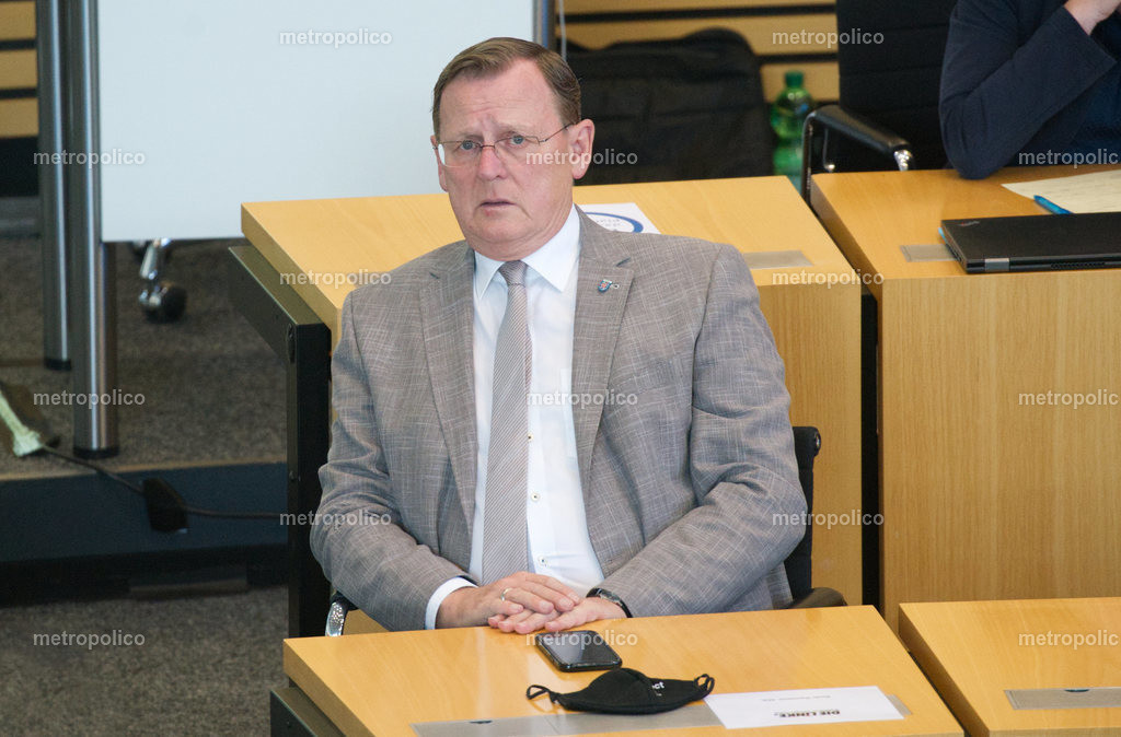 Bodo Ramelow blickt gequält im Landtag während er bei der Fraktion der Linken sitzt (5)