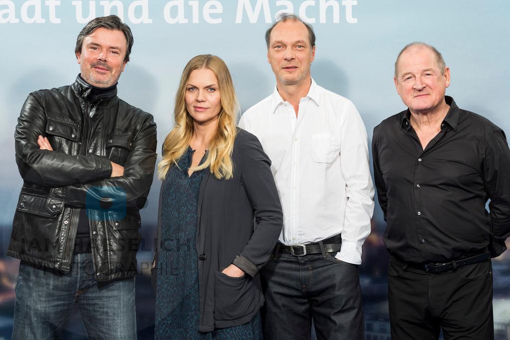 """Die Stadt und die Macht   Regisseur Friedemann Fromm mit Anna Loos, Martin Brambach und Burghart Klaußner beim Fototermin in Hamburg am 5.11.2015: """"Die Stadt und die Macht"""