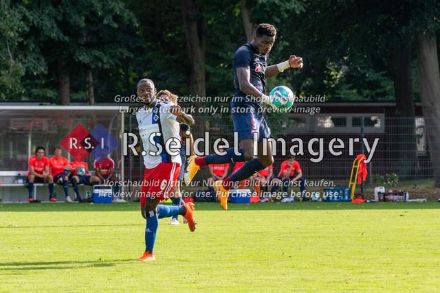 Fußball, Herren, Testspiel, Hamburger SV - FC Midtjylland, HSV-Trainingsplatz am Volksparkstadion, 20.08.2020 | David Kinsombi (#6, HSV), Sory Kaba (#9, Midtjylland)