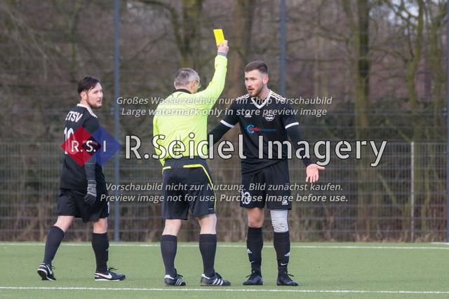 Umstrittene gelbe Karte für Gergenrejder (#23, ETSV) | Dennis Mann (#10, ETSV), T. Steinmann (Schiedsrichter), Egor Gergenrejder (#23, ETSV)
