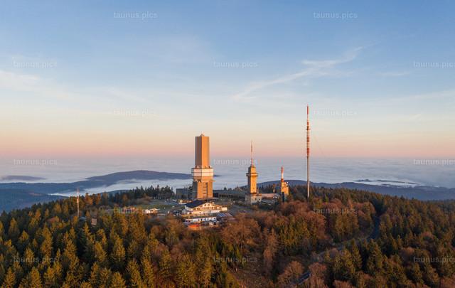 Nebel im Taunus   25.11.2020, Schmitten (Hessen): Blick vom Gipfel des Großen Feldbergs im Taunus auf Nebel im Tal. (Luftaufnahme mit einer Drohne)