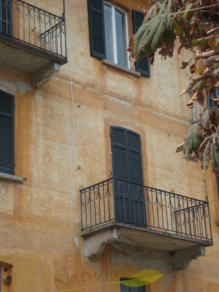 Südliches Flair | Hinter Dir ist der Lago Maggiore... eine geschlossene Balkontüre.. wer wohnt da... und sieht jeden Tag diesen Blick aufs Wasser...