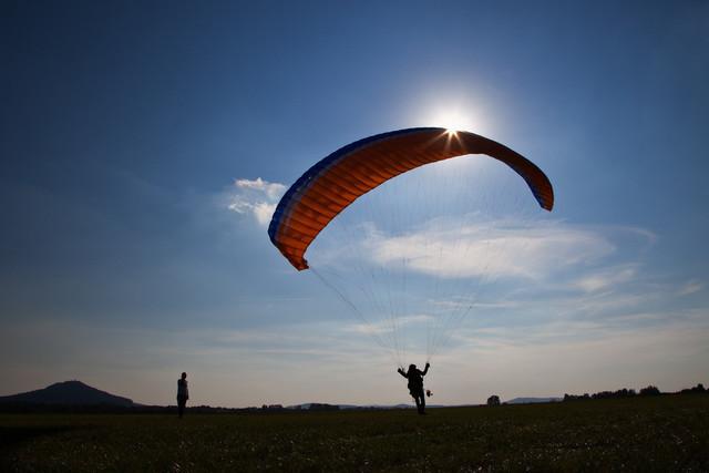 Gleitschirmflieger am Start | Gleitschirmflieger am Start an der Winde auf dem Flugplatz in Görlitz