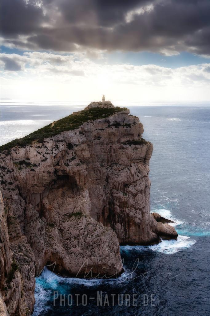 Der Wächter | Der Leuchtturm wacht hoch über dem Meer an der sardinischen Küse