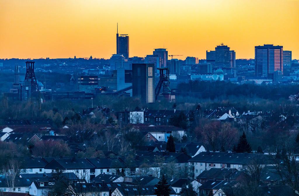 JT-190215-017 | Skyline von Essen, vorne die Zeche Zollverein, Weltkulturerbe, dahinter die Hochhäuser der Innenstadt, mit dem Rathaus, rechts, RWE Tower, links,