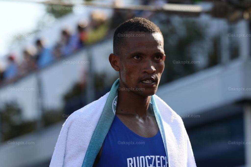 Guye Adola aus Äthiopien gewinnt den Berlin-Marathon 2021 | 26.09.2021, Berlin, Deutschland. Guye Adola aus Äthiopien gewinnt den 47. Berlin-Marathon in 2:05:45 Stunden. Den 2. Platz gewinnt der Kenianer Bethwel Yegon mit 2:06:14 Stunden und  den dritten Platz gewinnt der Top-Favorit Kenenisa Bekele mit 02:06:47 Strunden. Das Bild zeigt Bethwel Yegon.