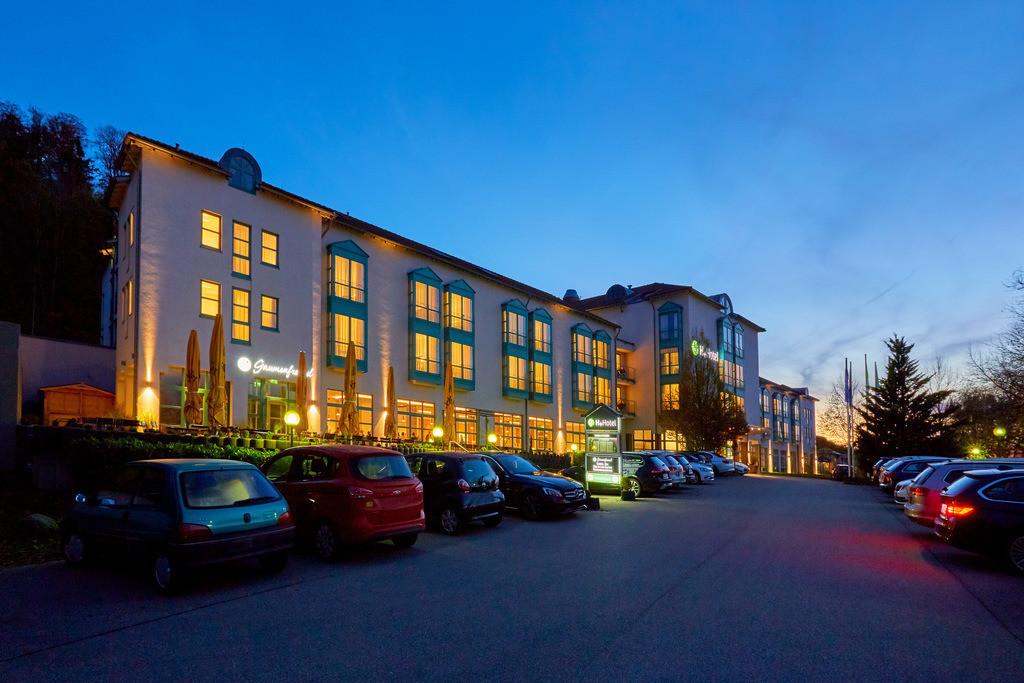 aussenansicht-abend-01-hplus-hotel-aalen