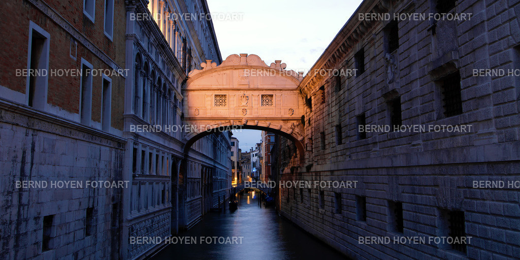 mysterious sigh | Foto der Seufzerbrücke in Venedig, Italien. | Photo of the Bridge of Sighs in Venice, Italy.