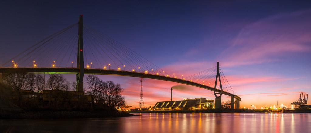 Köhlbrandbrücke   Die Köhlbrandbrücke im Hamburger Hafen im Abendrot