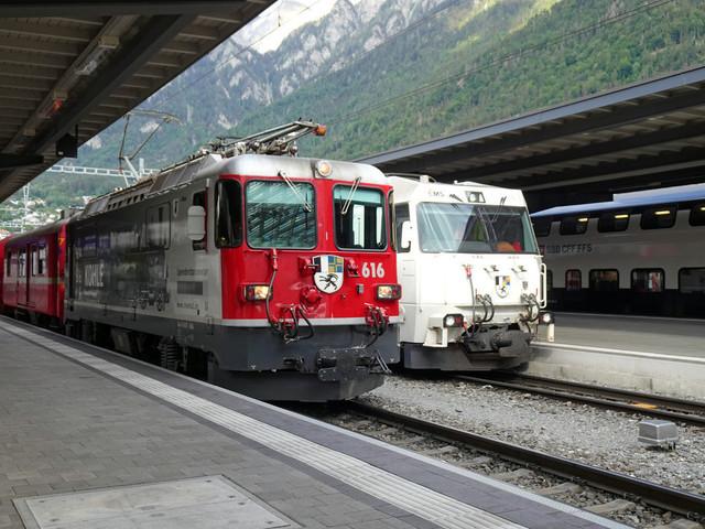 RhB Ge 4/4 II 616 & RhB Ge 4/4 III 643 | Beide Züge stehen abfahrtbereit im Bahnhof Chur. Links der Regional-Express (RE) nach Disentis. Rechts der Interregio (IR) nach St. Moritz.