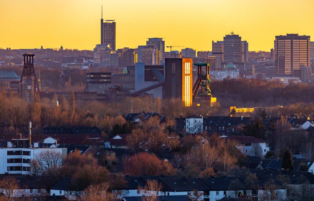 JT-190215-005 | Skyline von Essen, vorne die Zeche Zollverein, Weltkulturerbe, dahinter die Hochhäuser der Innenstadt, mit dem Rathaus, rechts, RWE Tower, links,
