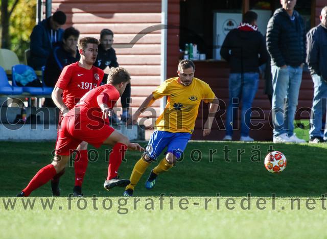 2019-11-02_034_SV_Dornach_gegen_FC_Schwaig | Aschheim, Deutschland, 02.11.2019: Fußball, Bezirksliga Nord 2019 / 2020, 17. Spieltag, SV Dornach gegen FC Schwaig, Endergebnis: 0:0  Raffael Ascher (FC Schwaig, #9), Nils Wölken (FC Schwaig, #8), Manuel Ring (SV Dornach, #10)  Foto: Christian Riedel / fotografie-riedel.net