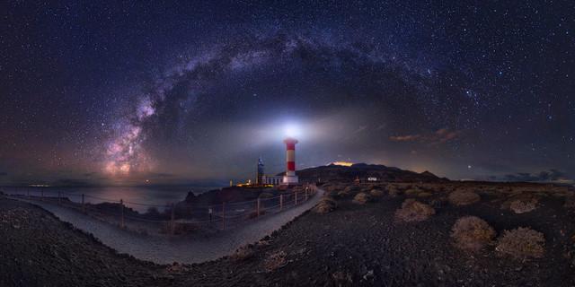 Sterne über der Vulkaninsel | Diese fantastische Szene lässt sich mit dem menschlichen Auge so nicht erfassen. Zumindest nichts mit einem Blick. Über 180 Grad schlägt die Milchstraße einen steilen Bogen von Südwest nach Nordost und wölbt sich so über den Leuchtturm von Fuencaliente.