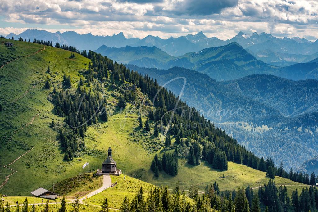 Wallberg Kapelle | Die Wallbergkapelle mit Blick ins Karwendel