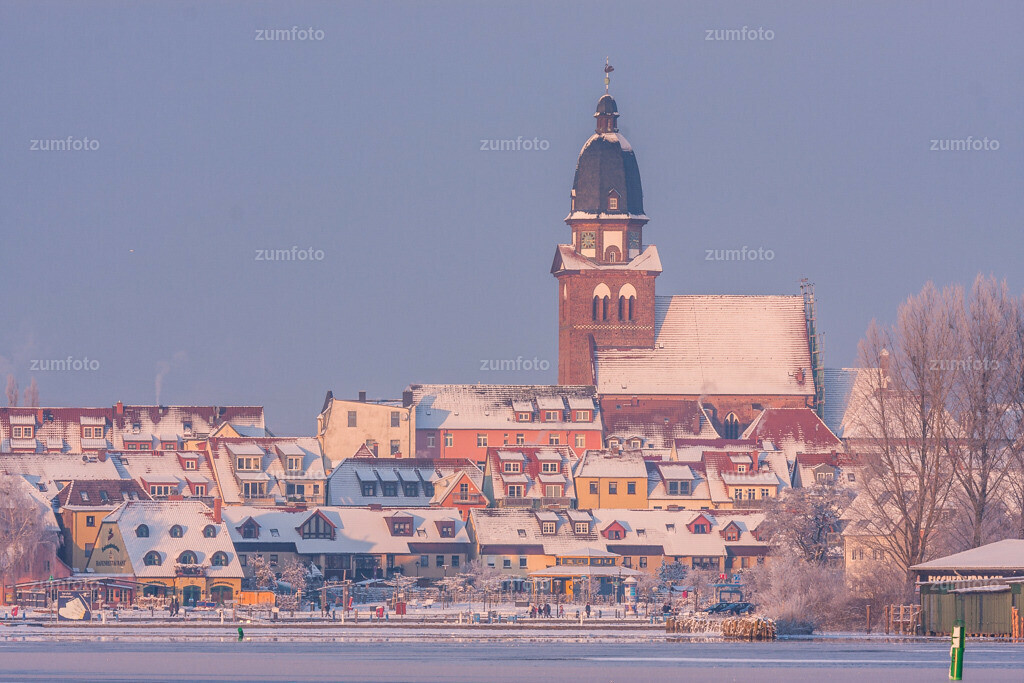 winterlicher Blick über die Müritz in Richtung Stadthafen von Waren (Müritz)
