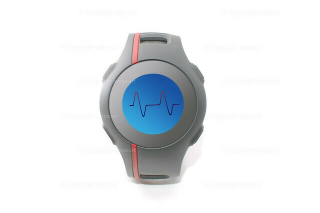 Eine Sportuhr mit Herzrhythmus über weißem Hintergrund | Eine Pulsuhr mit blauer Hintergrundbeleuchtung mit einem Kardiogramm auf dem Display.
