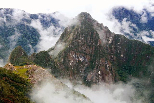 Machu Picchu | Das Weltwunder Machu Picchu in den Anden Perus versunken im Nebel