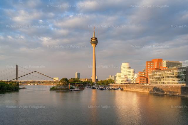 Goldene Stunde im Medienhafen Düsseldorf   Die tiefstehende Sonne taucht die Gebäude in ein goldenes Licht.