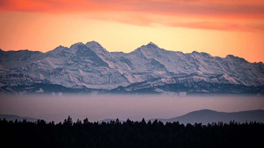Alpenblick im Südschwarzwald   Blick vom Ibacher Friedenskreuz auf die Alpenkette im herbstlichen Abendlicht