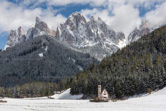 Geisler Dolomiten im Winter  | Die Kirche St. Johann in Ranui vor der Geislergruppe im Villnösstal Südtirol.