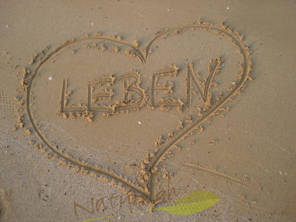 Ich liebe das Leben | Lebensfreude - ausgedrückt durch ein Herz und Buchstaben im Sand, die an Urlaub, Strand und Meer erinnern und sagen: das Leben ist lebens- und liebenswert!